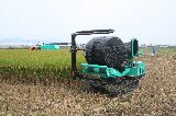 自動ラップマシンで飼料用米の巻き取り