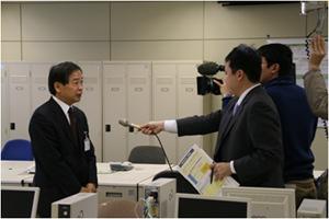 勝山局長が職員に訓辞後、マスコミの取材を受ける。