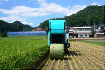 WCS稲の収穫が始まる【撮影:平成22年8月5日】専用収穫機でロール状にして排出