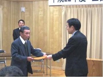全国優良経営体表彰伝達式 表彰状を受け取るアグリ中央の山根代表