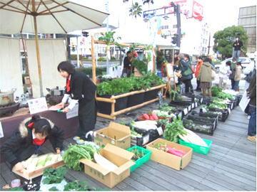 パリ風日曜市「とくしまマルシェ」オープン!色とりどりの野菜が並ぶ