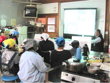 おむすび教室料理の前に食料自給率について学ぶ児童