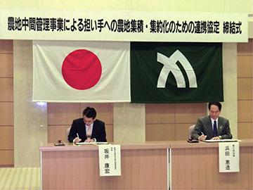 立会人署名を行う浜田知事と坂井農政局長