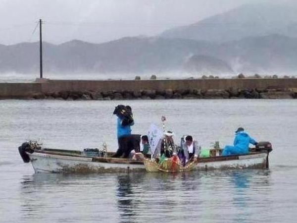わら船を港内の海に浮かべる