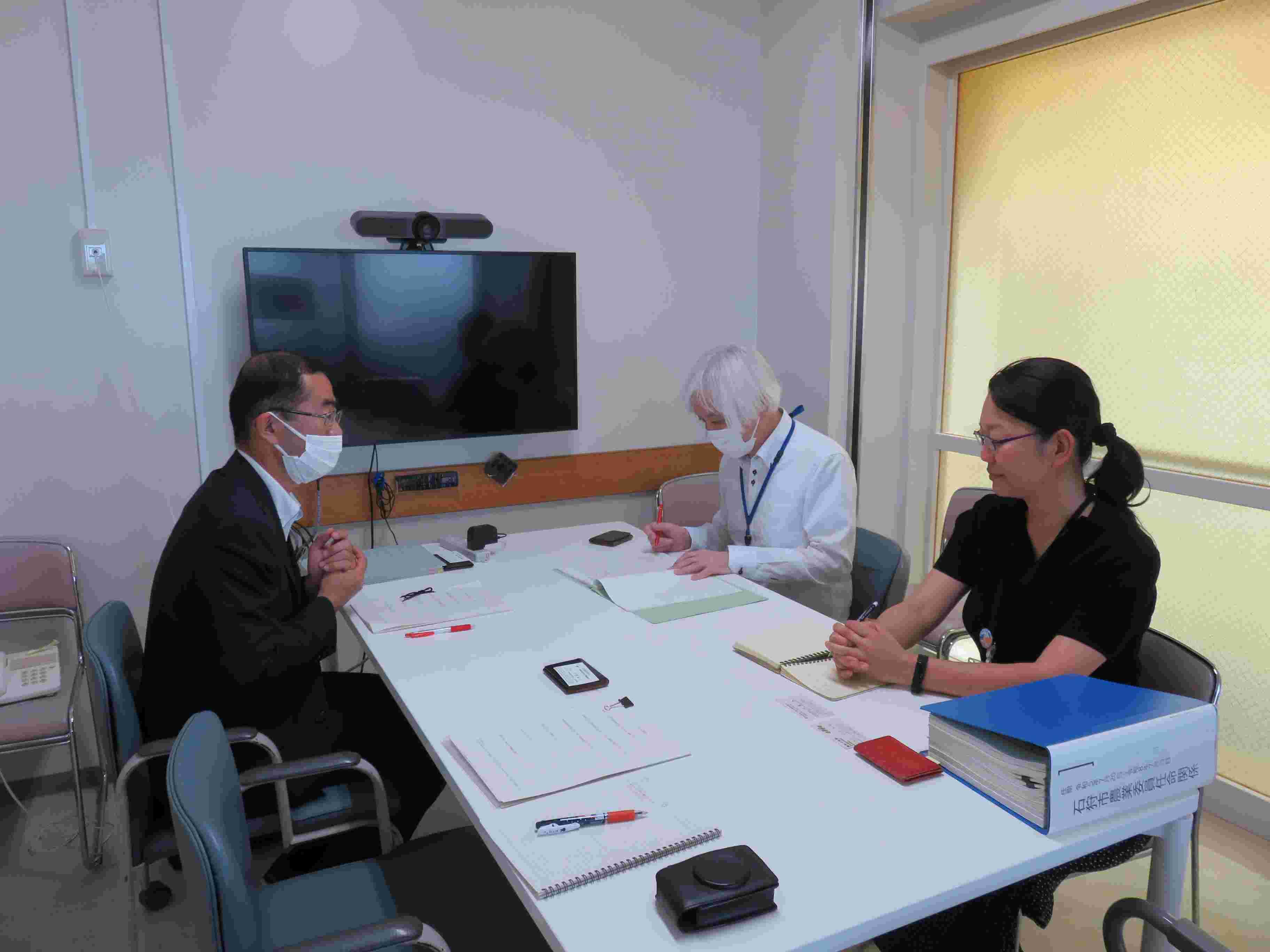 シーベリーの果実が枝にびっしりなっている様子