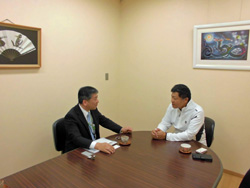 橋本地方参事官(左)と水野会長(右)