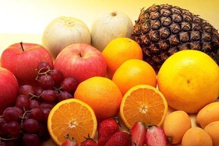 果物の写真 果物や野菜を洗ったり皮をむいたりする必要はあるの? 正しく農薬が使われていれば、食品