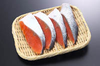 切り身の魚は、身にツヤと弾力があり、血合いの部分が鮮やかな色のものが新鮮です。血合いは、魚の背と腹の間にあります。白身の魚には少なく、赤身の魚に多く見ることができます。鮮度が落ちてくると黒ずんできます。