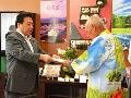 登録生産者団体(吉川ナス)の代表者に登録証を授与する佐藤農林水産大臣政務官