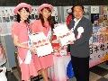 福島県産の桃を手に取り、写真撮影に応じる佐藤農林水産大臣政務官