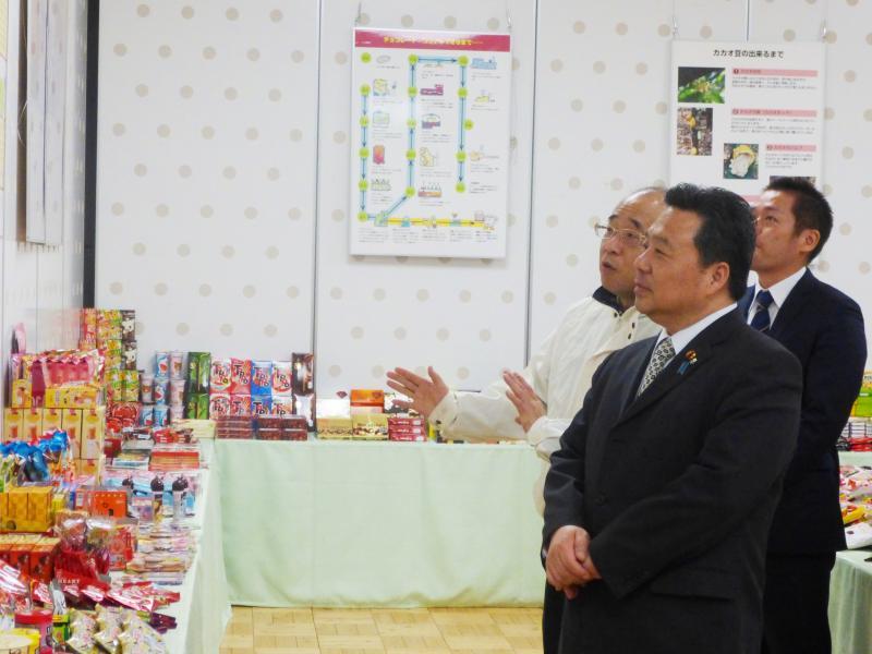 政務官の動き:2月1日消費者の部屋特別展示「おいしいだけじゃないよ!チョコレート・ココア」の視察2