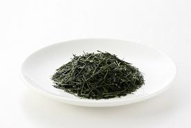 小皿に盛った八女伝統本玉露の茶葉