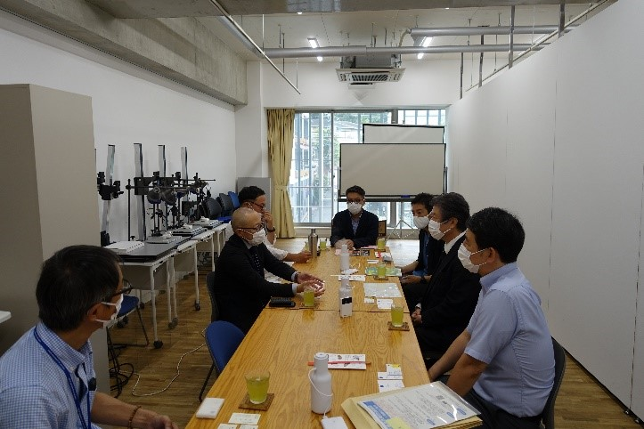 京都芸術大学生が取り組んだ〈賞味期限2050」食とデザイン展2021を視察し、京都芸術大学学科長と意見交換
