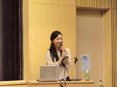 郷土食の魅力について講演をする食文化研究家の清 絢 氏