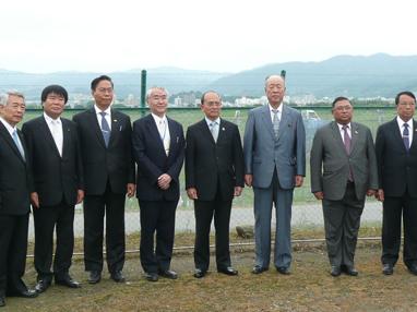 視察に訪れたミャンマーのテイン・セイン大統領(左から5人目)
