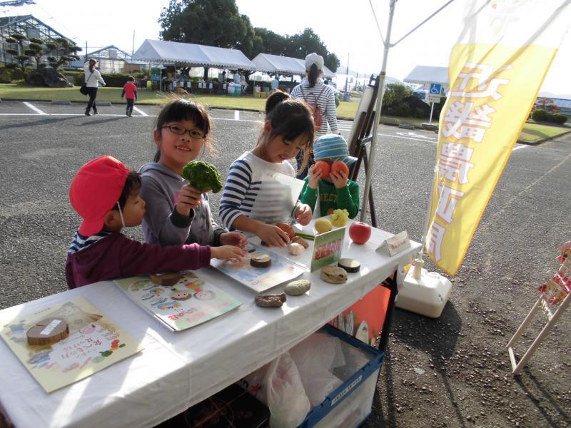 (食料自給率に関するパンフレットを見ている子供たち)