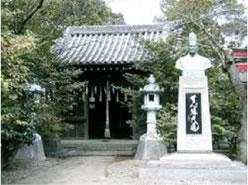 寸翁神社と河合寸翁の銅像(姫路城内)
