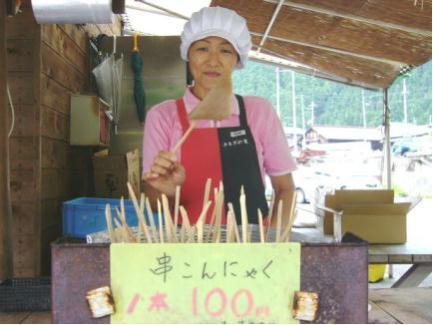 ピリ辛さが人気の看板商品、串コンニャク