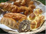 菓子パンを始め、各種類の米粉パンを焼いています。