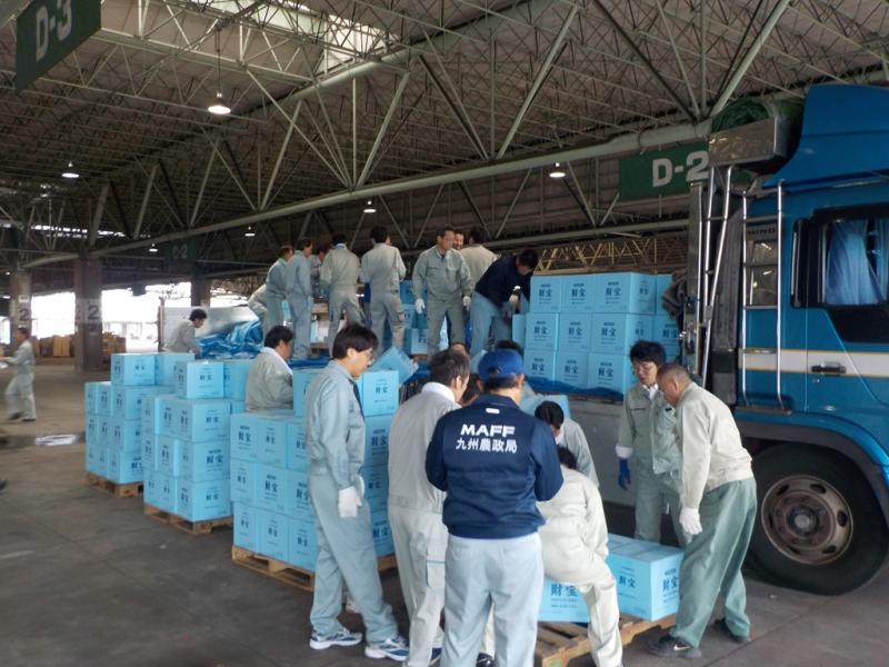 福岡市旧青果市場で支援物資の荷下ろし作業