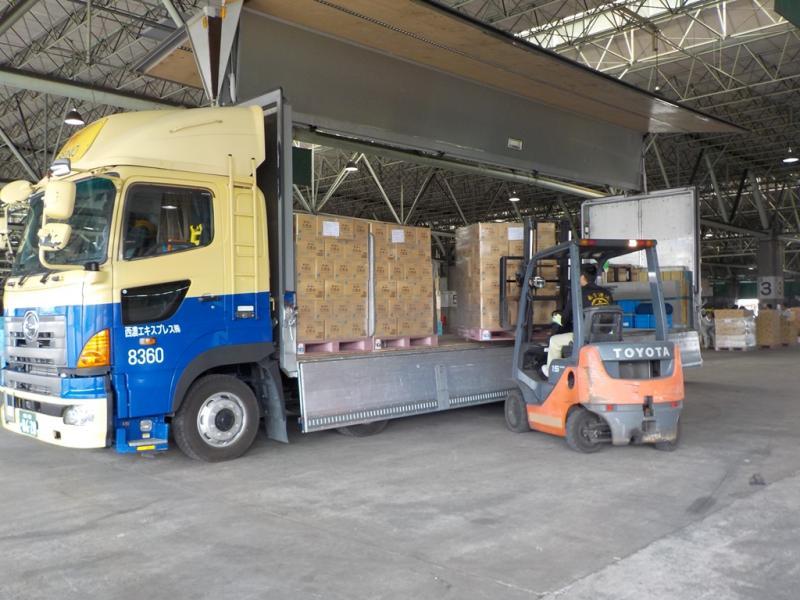 トラックで届いた支援物資