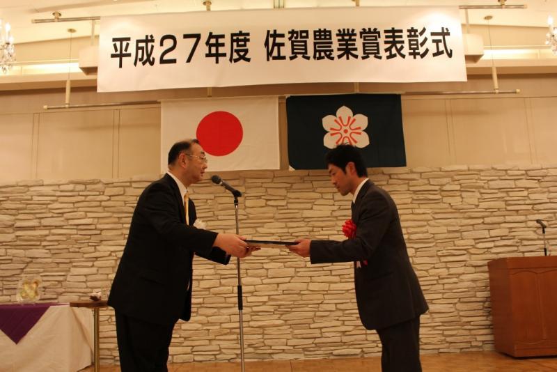 表彰状を手渡しする九州農政局長と受賞者