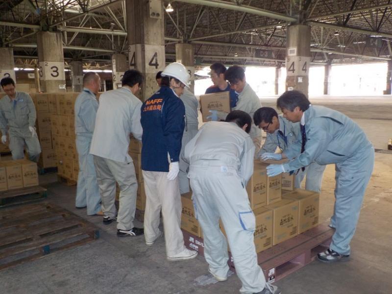 福岡市旧青果市場で援助物資の運搬作業を行いました。
