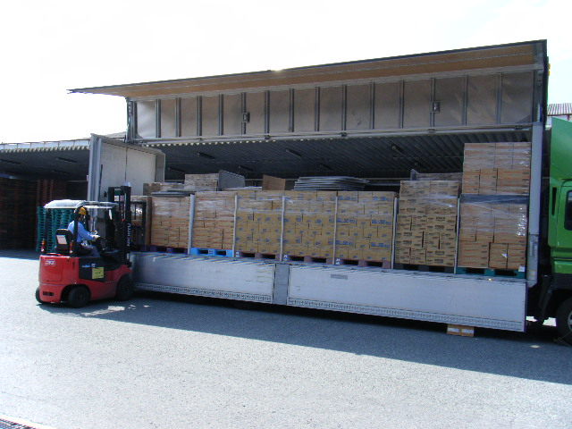 支援物資の搬入・搬出の様子4
