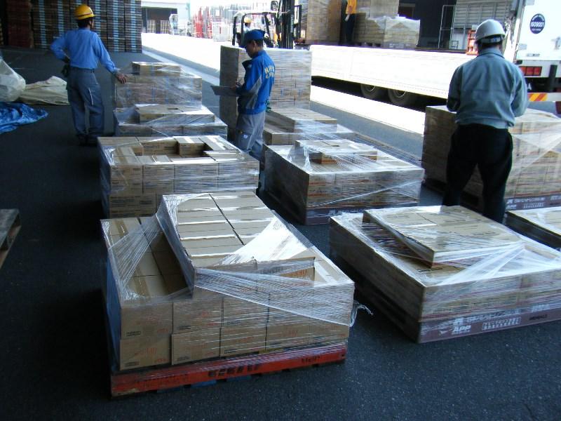 支援物資搬入・搬出の様子1