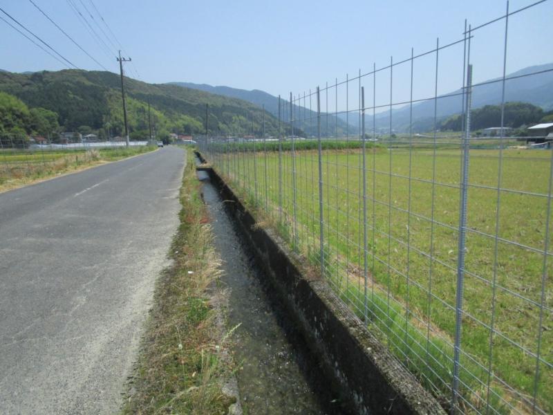 ワイヤーメッシュのある農村の風景