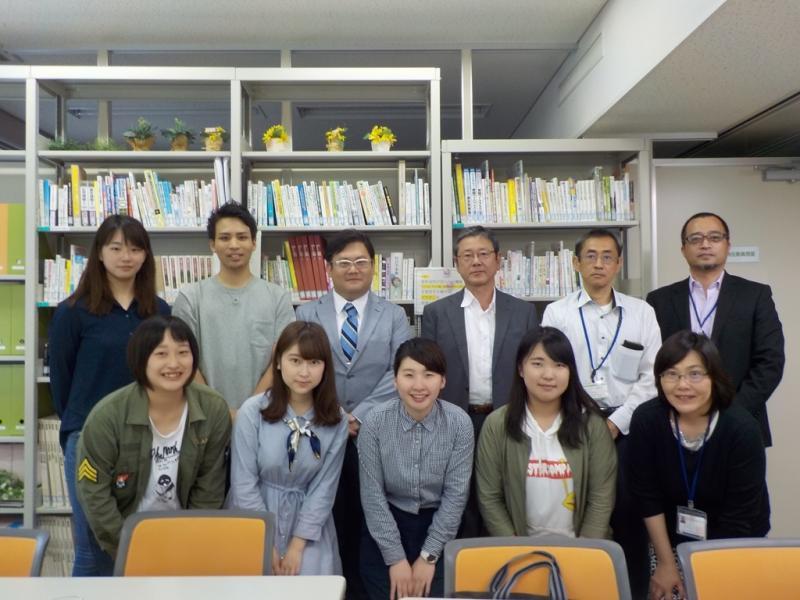 北九州市立大学と熊本支局との記念撮影