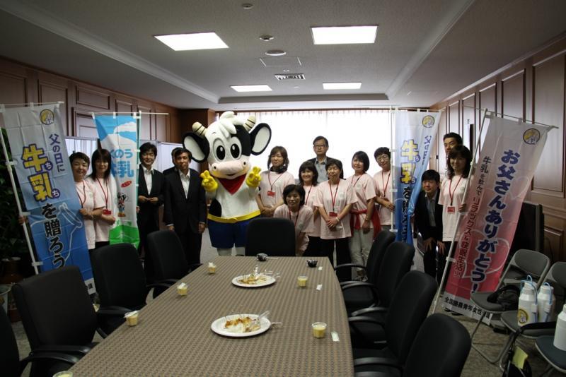 父の日に牛乳を贈ろうキャンペーンで九州農政局へ来庁されました。