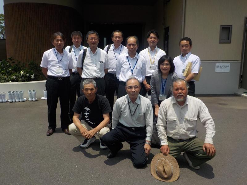 施設関係者と福岡支局職員との記念撮影