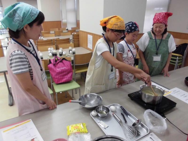 米粉料理を体験する参加者2