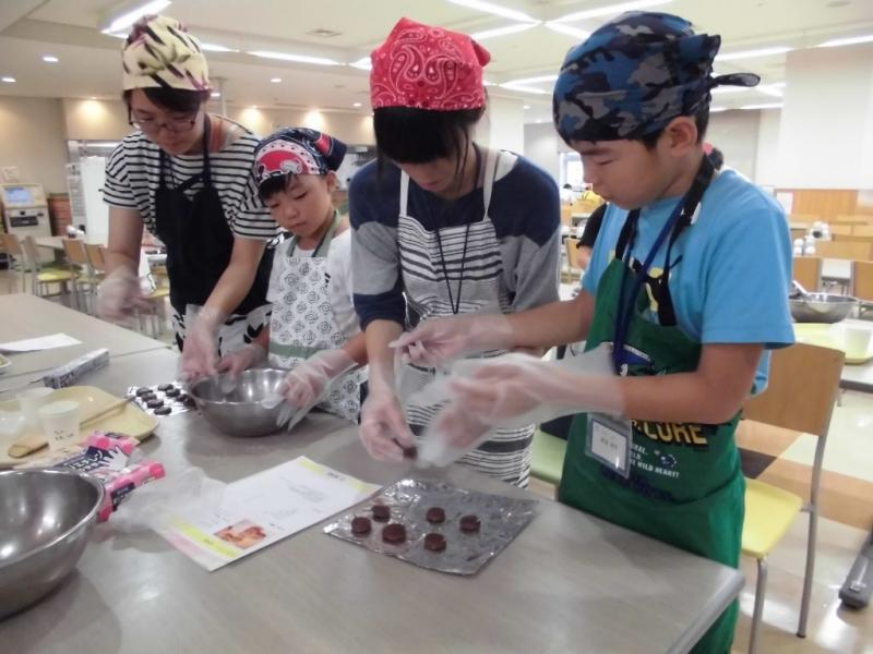 米粉料理体験をする参加者
