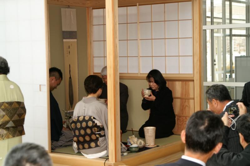 お披露目会にて来賓の方へ呈茶を行いました。