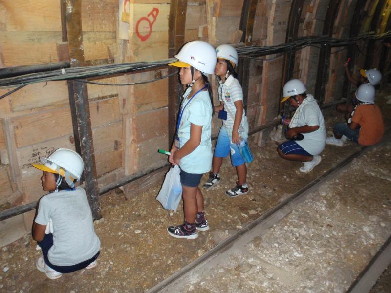 2013自然体験01「トンネルの壁にペイント」の様子