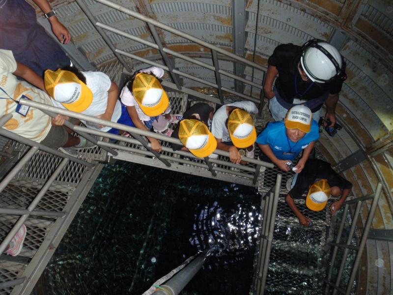 2013自然体験04「集水井に貯まる地下水のくみ上げ」の様子