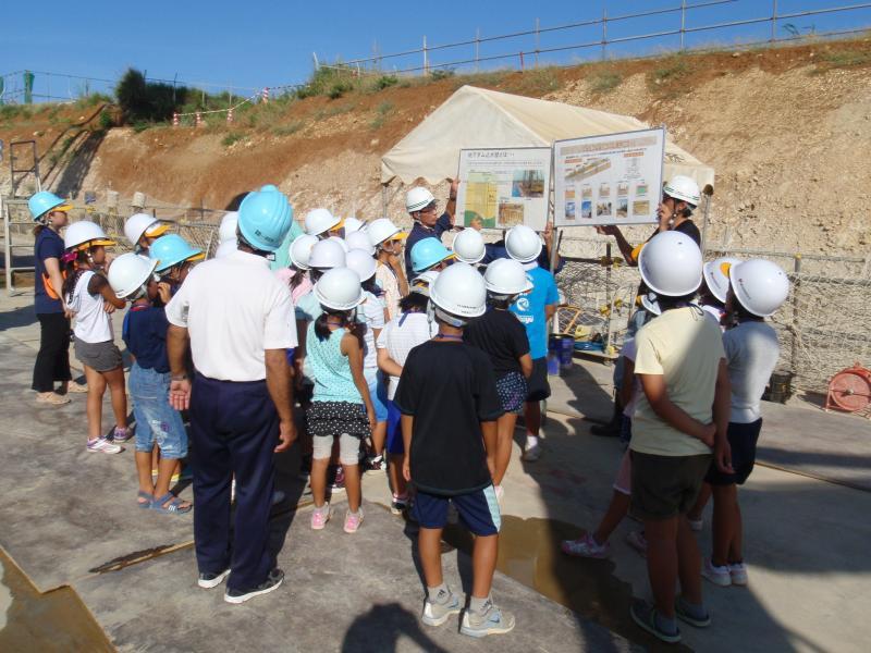 2013自然体験05「工事の説明に耳を傾ける小学生」の様子