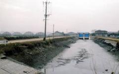 崩壊した土砂が水路内にたまり制水門などの機能低下