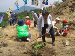 植樹祭で木を植える畠山さん