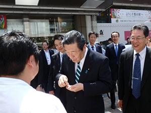 福島県の食材を用いたピラフを試食する森山農林水産大臣