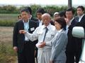 川俣町山木屋地区の農地除染現場を視察するあべ農林水産副大臣