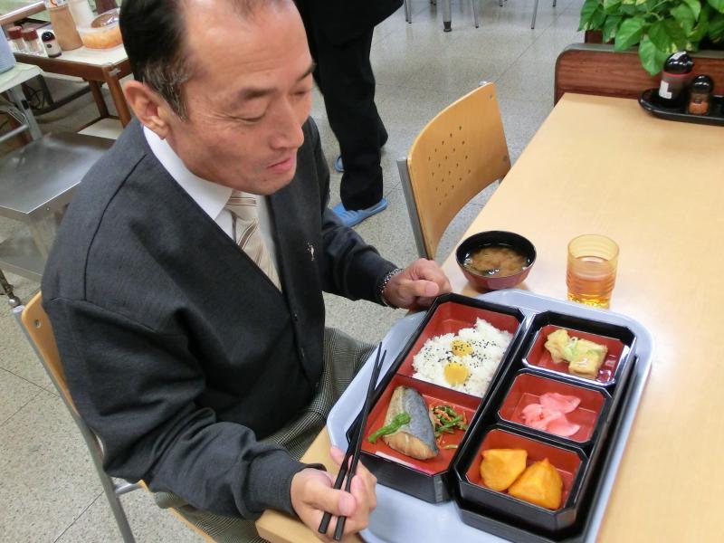 和食弁当を食べる小平次長