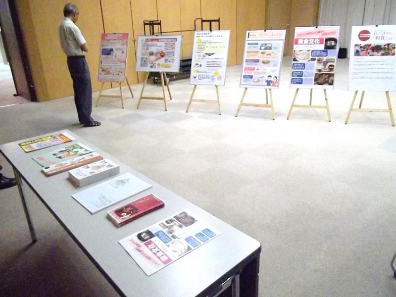 会場でのパネル展示とパンフレットの配布