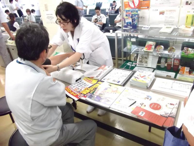 血圧測定にパンフレットの配布