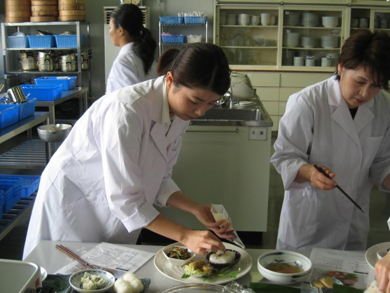 調理する学生