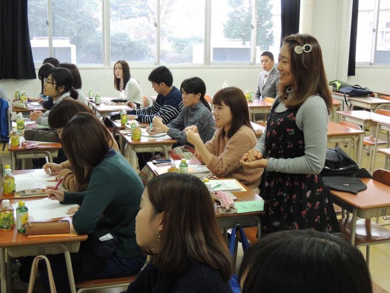企業、行政に質問する学生