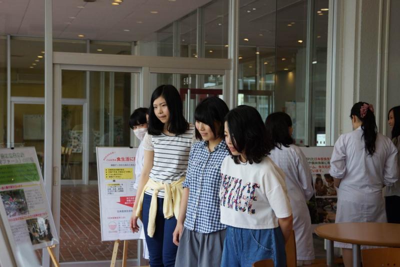 パネルを見る女子学生