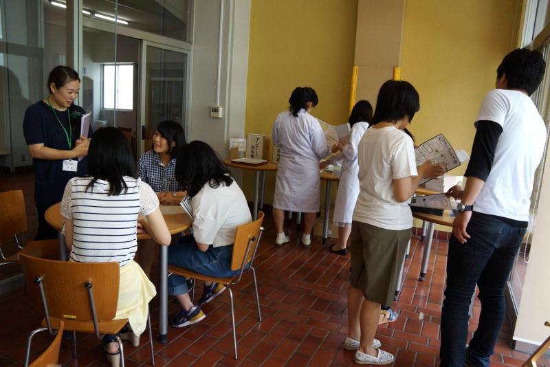 パンフレットを見る学生